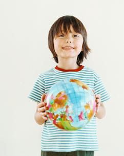 地球儀を持つハーフの男の子の写真素材 [FYI04040393]