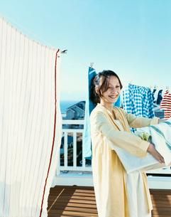 洗濯物を干す女性の写真素材 [FYI04040399]
