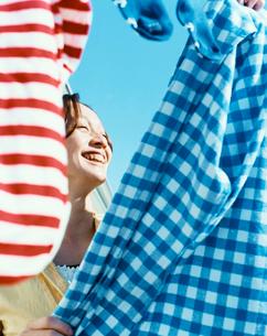 洗濯物を干す女性の写真素材 [FYI04040400]