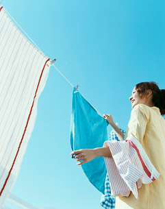 洗濯物を干す女性の写真素材 [FYI04040401]