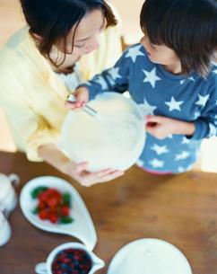ケーキをつくるハーフの男の子と母の写真素材 [FYI04040410]