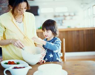 ケーキをつくるハーフの男の子と母の写真素材 [FYI04040411]