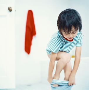 パンツをはくハーフの男の子の写真素材 [FYI04040412]