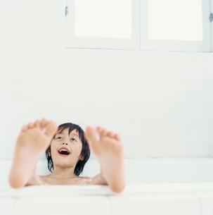 泡風呂に入るハーフの男の子の写真素材 [FYI04040416]