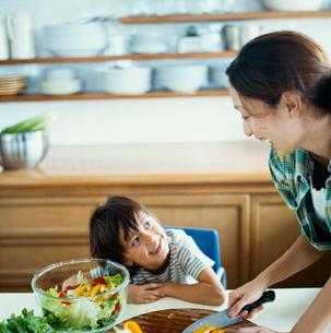 サラダを作る母とハーフの男の子の写真素材 [FYI04040428]