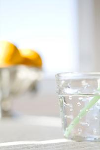 水の入ったグラスとグレープフルーツの写真素材 [FYI04040439]