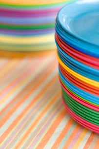 重ねたカラフルなお皿の写真素材 [FYI04040457]