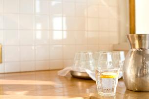 グラスと水の入ったポットの写真素材 [FYI04040459]