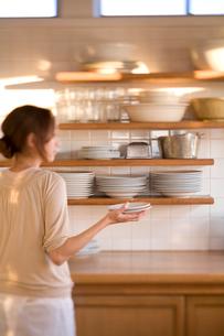 食器棚と女性の写真素材 [FYI04040473]
