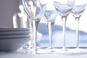 並んだワイングラスと皿の写真素材 [FYI04040475]