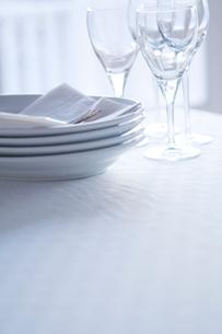 ワイングラスと皿の写真素材 [FYI04040480]