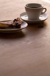 フルーツタルトとコーヒーの写真素材 [FYI04040481]