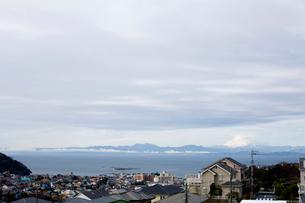 住宅街と海の写真素材 [FYI04040488]