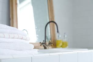 洗面台に置かれたタオルの写真素材 [FYI04040494]