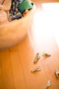 洗濯ばさみと洗濯物の写真素材 [FYI04040505]