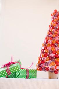 プレゼントとクリスマスツリーの写真素材 [FYI04040515]