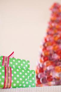 プレゼントとクリスマスツリーの写真素材 [FYI04040517]