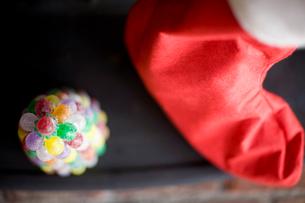 サンタの靴下とキャンディーのツリーの写真素材 [FYI04040518]