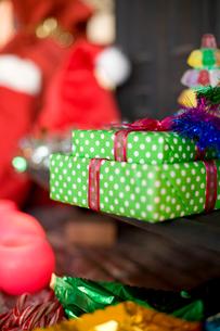 プレゼントとクリスマスグッズの写真素材 [FYI04040524]