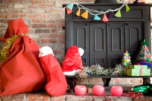クリスマスグッズの置かれた暖炉の写真素材 [FYI04040526]