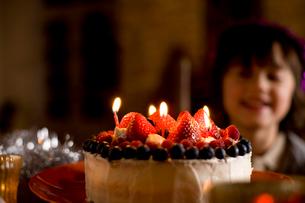ケーキと男の子の写真素材 [FYI04040538]