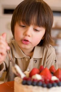 ケーキを食べるハーフの男の子の写真素材 [FYI04040539]