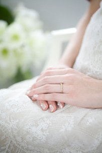 結婚指輪をつけた花嫁の手元の写真素材 [FYI04040561]