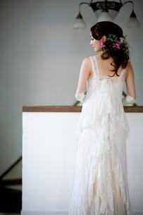 ホールにたたずむ花嫁の後姿の写真素材 [FYI04040570]