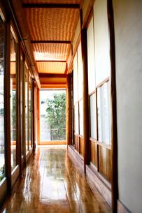 日本家屋の廊下の写真素材 [FYI04040599]