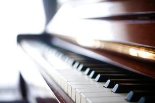 ピアノの鍵盤の写真素材 [FYI04040613]