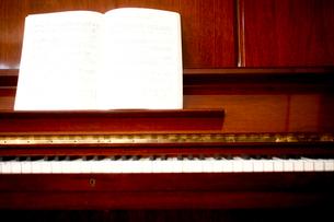 楽譜の置かれたピアノの写真素材 [FYI04040615]