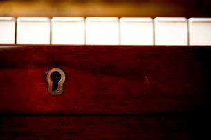 ピアノの鍵盤と鍵穴の写真素材 [FYI04040617]
