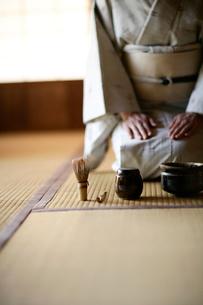 お抹茶道具と和服の女性の写真素材 [FYI04040620]