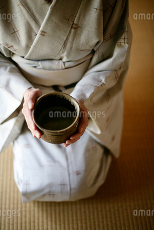 和服の女性とお抹茶の写真素材 [FYI04040623]