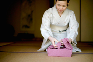 風呂敷を包む和服の女性の写真素材 [FYI04040626]