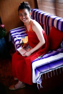 ソファーで絵を描く女性の写真素材 [FYI04040642]