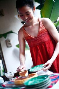 チーズケーキをサーブする女性の写真素材 [FYI04040647]