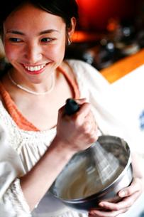 生クリームをあわ立てる女性の写真素材 [FYI04040653]