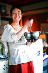 生クリームをあわ立てる女性の写真素材 [FYI04040656]