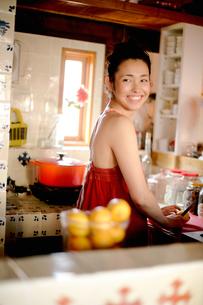 キッチンで料理する女性の写真素材 [FYI04040660]