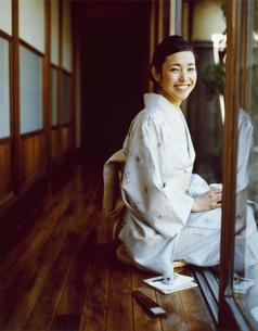 縁側に座る和服の女性の写真素材 [FYI04040668]