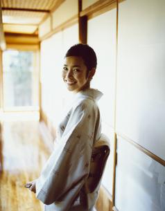 廊下で振り返る和服の女性の写真素材 [FYI04040670]