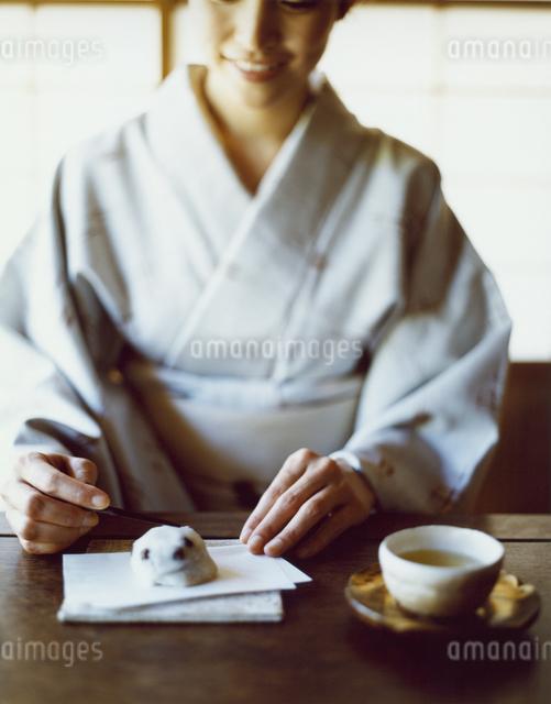 日本茶と和菓子をいただく和服の女性の写真素材 [FYI04040671]