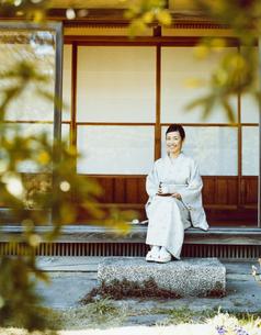 縁側でお茶をする和服の女性の写真素材 [FYI04040674]