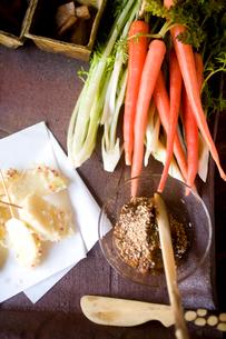 にんじんと春菊の生野菜サラダと味噌の写真素材 [FYI04040678]