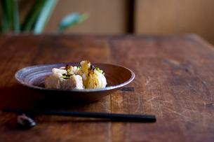 骨付豚肉と新玉葱の豆チソースと箸の写真素材 [FYI04040696]
