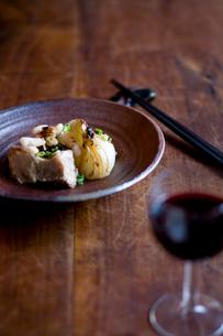 骨付豚肉と新玉葱の豆チソースと赤ワインの写真素材 [FYI04040697]