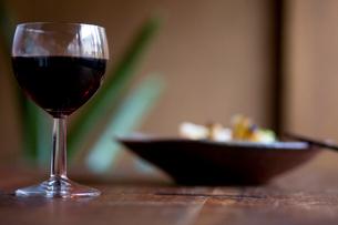 赤ワインと食事の写真素材 [FYI04040698]