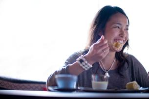 食事をする日本人女性の写真素材 [FYI04040703]