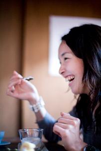 食事をする日本人女性の写真素材 [FYI04040709]